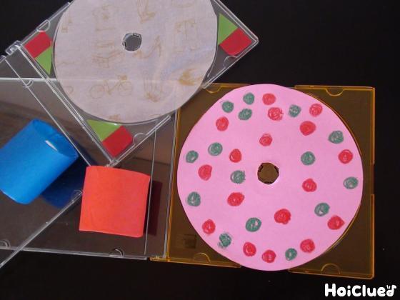 CD型に切った色画用紙やケースに模様をつけた写真