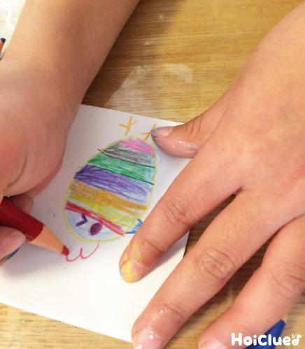 紙に絵を描いている様子