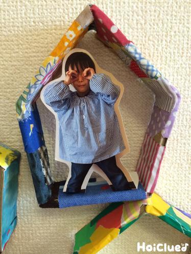 五角形のダンボールの中に写真を貼り付けた写真