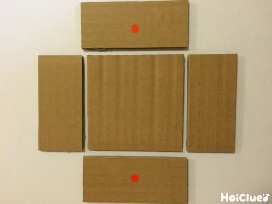 箱のパーツに切り分けたダンボールの写真
