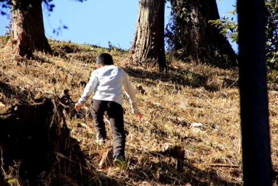 斜面を登っていく子どもの写真
