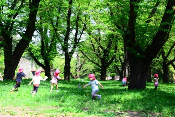 外で遊ぶ子どもたちの写真