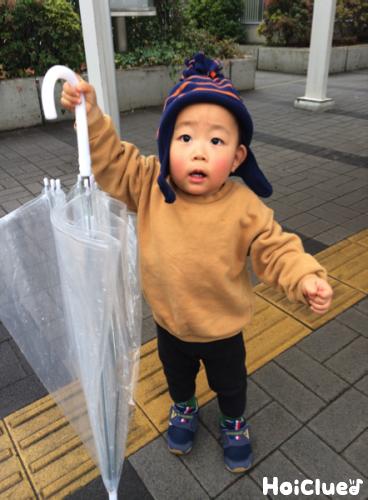 傘を持つ子どもの写真