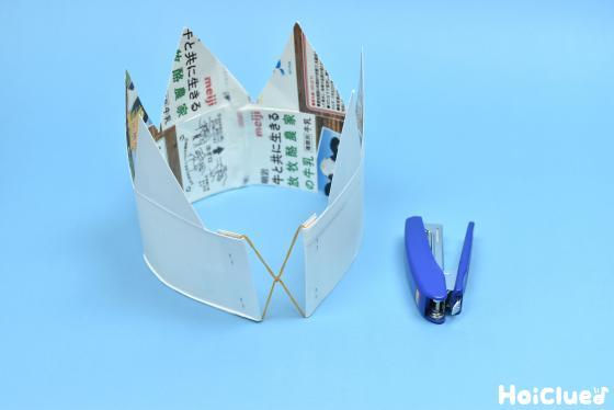 牛乳パックで作った冠に輪ゴムを固定した写真
