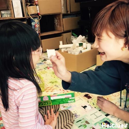 遊ぶ子どもと大人の写真