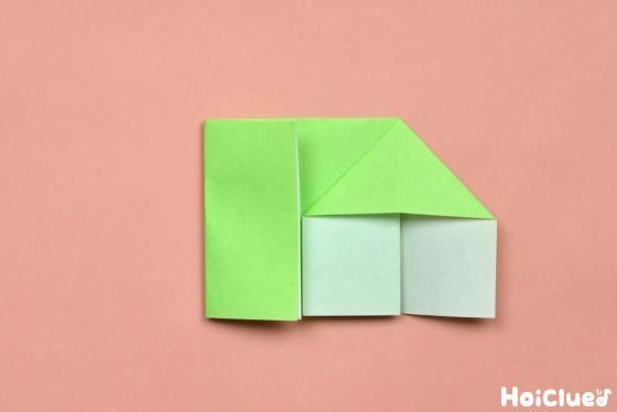 逆さまに返し片側を袋状に開いた折り紙