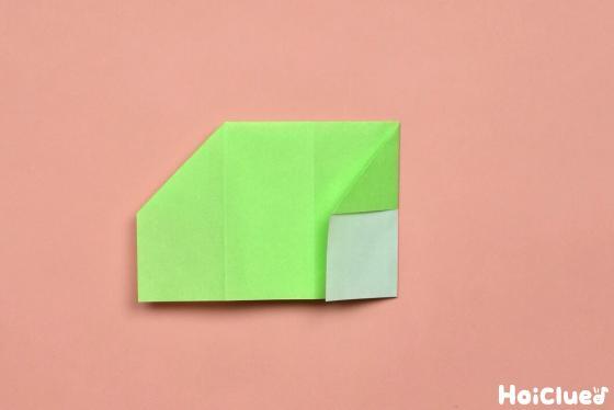 真ん中の折り目に合わせて右側を折った折り紙