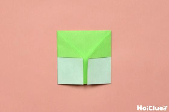 同様に左側も真ん中の線に合わせて折った折り紙