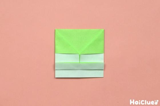 下半分の部分を2等分にし折り上げた折り紙