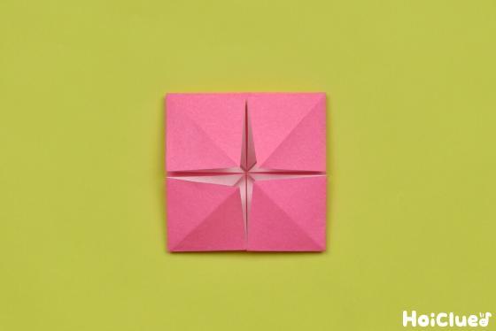 残り3つの角も同じように袋状に開いて折った様子