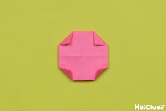 裏返して四つ角を少しだけ折り円形に整える様子