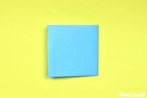 さらに横半分に折り正方形になった折り紙