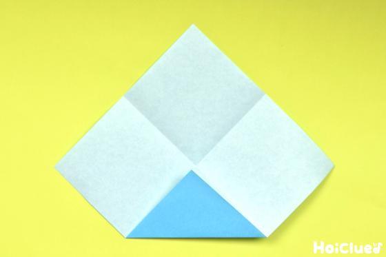 一度開いて1つの角を中心に合わせて折った写真