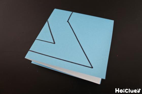 折り紙を4つに折って模様を描いた写真