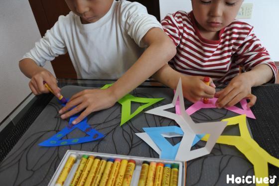 折り紙に絵を描く様子