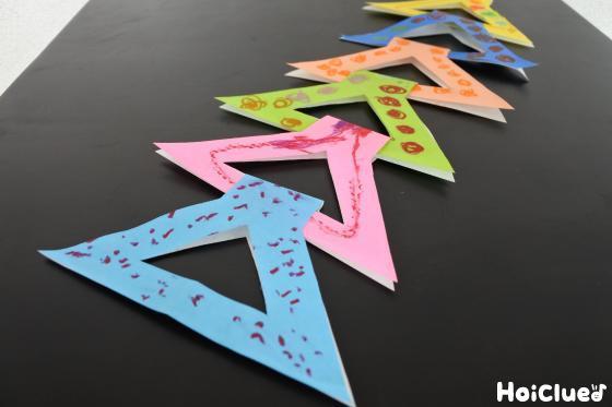 折り紙を輪にして縦につなげた写真