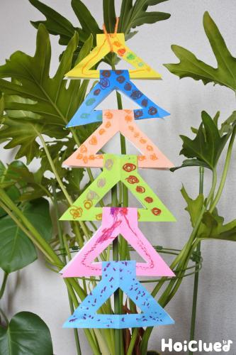 木に折り紙を飾った写真