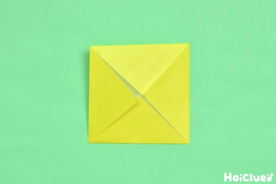四角を中心に向かって三角に折った写真