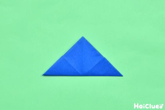 もう一度折った折り紙を三角形に折った写真