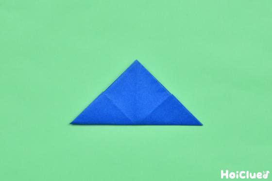 折った折り紙を三角形に折った写真