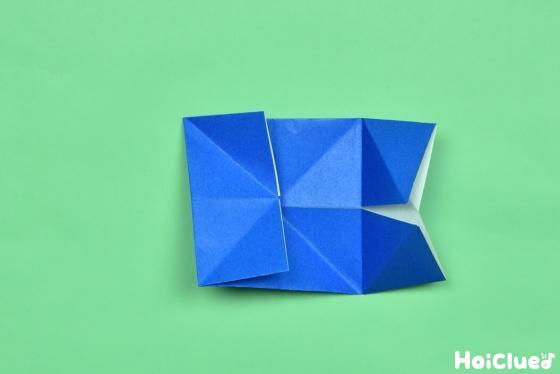 折った折り紙を開いた写真
