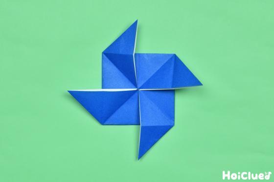 かざくるまの形に折った折り紙の写真