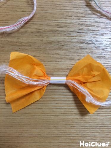 ストローで巻かれた花紙と糸