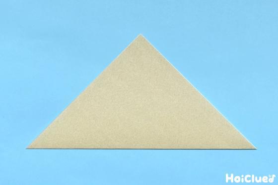 三角に折った折り紙の写真
