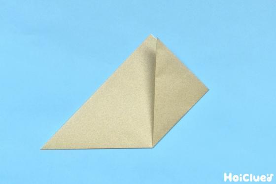 角の片方を頂点で合わせて折った写真