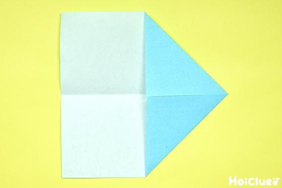 反対側の角も折り上げた折り紙の写真