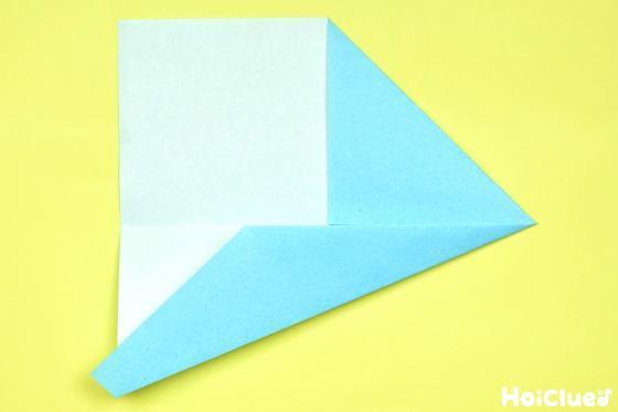 中心線に合わせ更に折り重ねた折り紙の写真