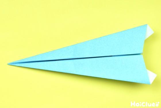 山を下に置き完成した紙飛行機の写真