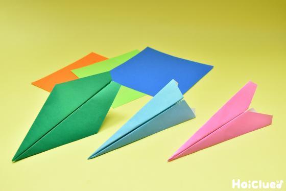 色んな折り方で折られた紙飛行機の写真