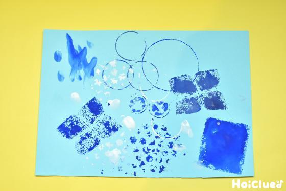 いろんな素材でスタンプを押した色画用紙