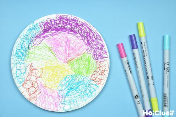 カラーペンで色を塗った紙皿