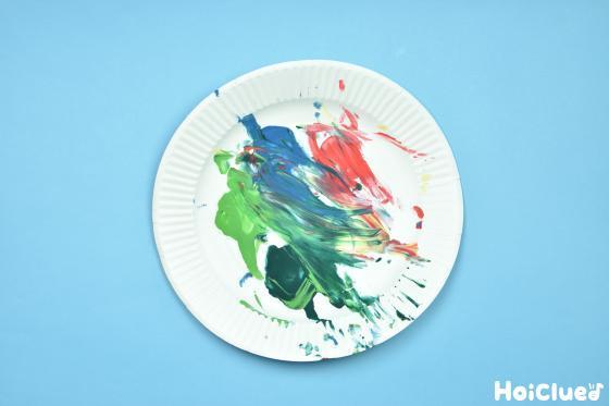 フィンガーペインティングをした紙皿