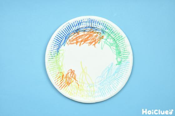 クレヨンで色付けした紙皿