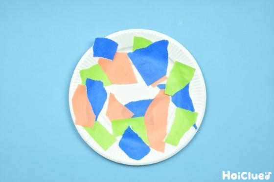 ちぎった折り紙を貼り付けた紙皿