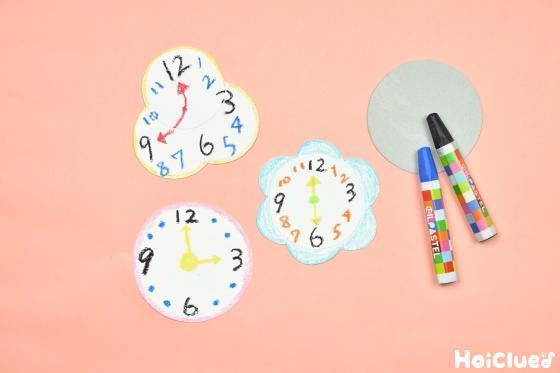 時計の文字盤を描いた色画用紙の写真