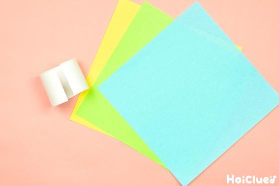 切り取ったトイレットペーパーの芯と色画用紙の写真