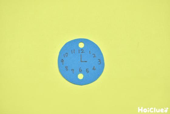 丸い色画用紙に文字盤を描いた写真