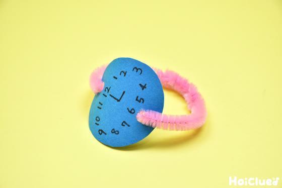色画用紙にモールを付けて腕時計を完成した写真