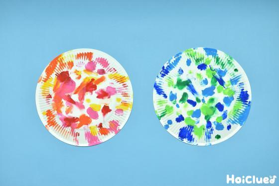 紙皿にフィンガーペイントした写真