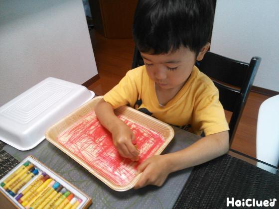 スチロール皿の内側をクレヨンで赤く塗る