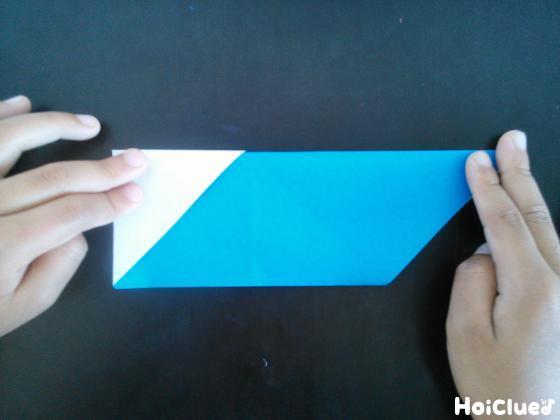 更に縦半分に折った折り紙の写真
