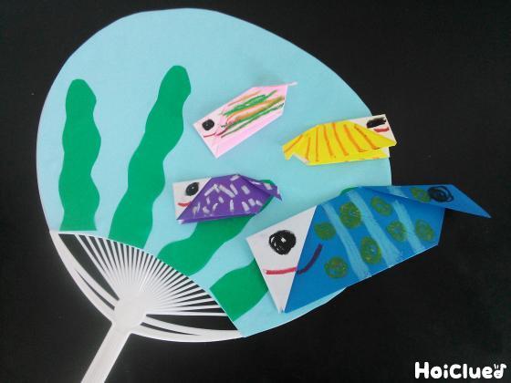 うちわに色画用紙で作った海藻を貼った写真