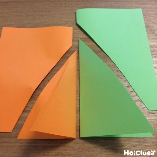 半分に折った色画用紙を三角形の帆の形に切った写真
