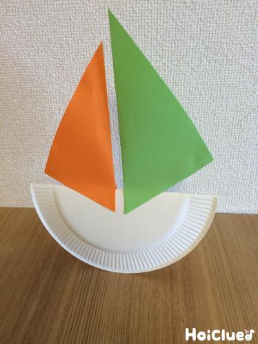2枚の帆を貼り付けた紙皿のヨット