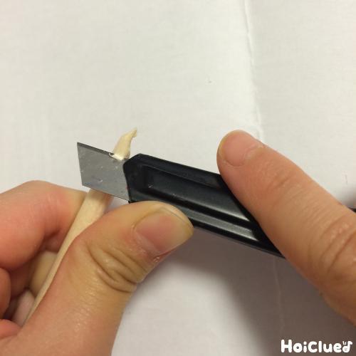 カッターで割り箸を削る様子