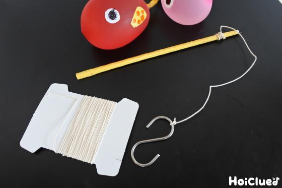 タコ糸でS字フックを結びつけた割り箸の釣り竿